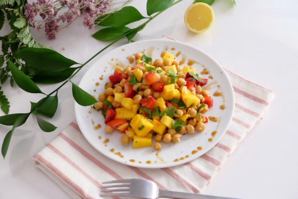 Ensalada de verano con garbanzos, fresas, mango y cilantro!