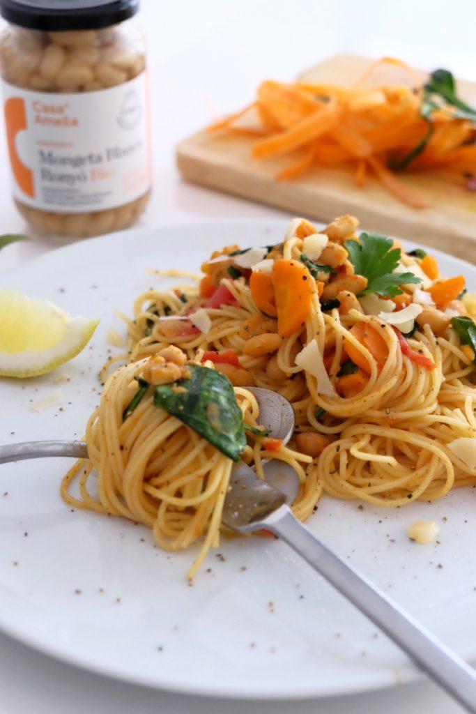 Espaguetis con alubias blancas, zanahoria y espinacas