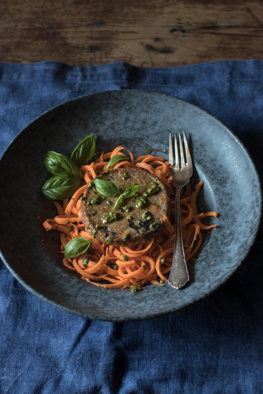 Hamburguesa vegetal con espaguetis de zanahoria